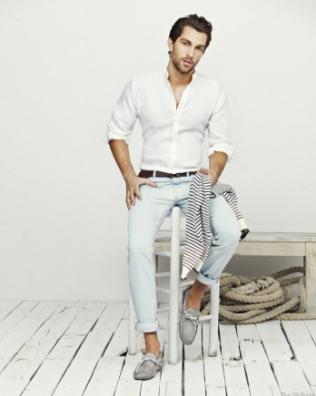 白シャツを薄手のデニムと上手くコーデする男性
