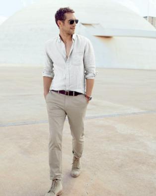 ベージュパンツに白シャツをコーデする男性