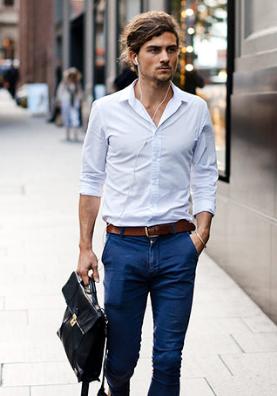 ネイビーパンツに白シャツはタックインして着こなす男性