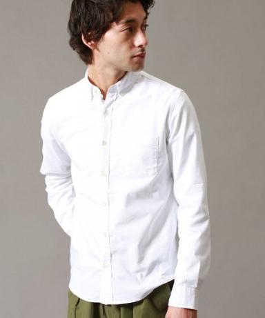 UA beauty&youthの白シャツをコーデする男性