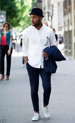 紺パンツx白スニーカーにシロシャツをコーデする男性