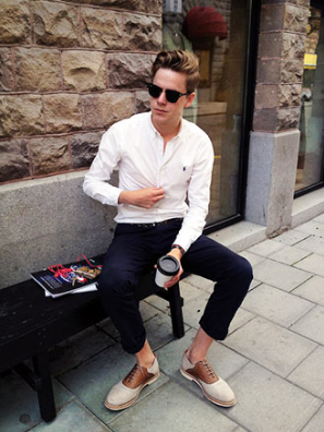 ネイビーパンツに白シャツをコーデする男性