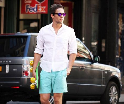 ショーツに白シャツを合わせる男性