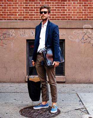 紺ジャケットにスニーカーをコーデする男性