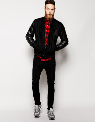 黒いスタジャンに黒パンツ、グレーのNBを合わせる男性