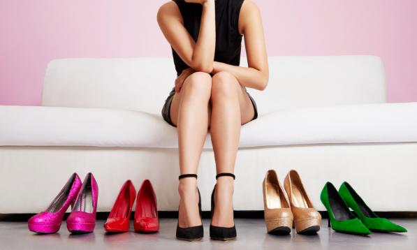 靴選びに悩む女性