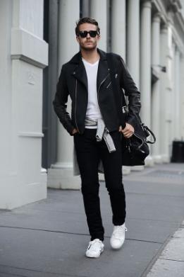 黒に白いTシャツ、スニーカーをコーデする男性