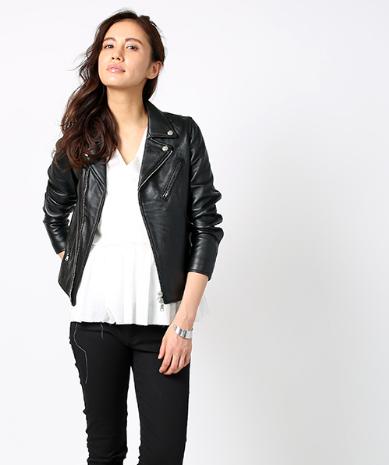 フリークスストア人気のダブルライダースジャケットを着こなす女性