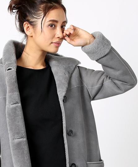 リアルムートンフードコートを着込む女性