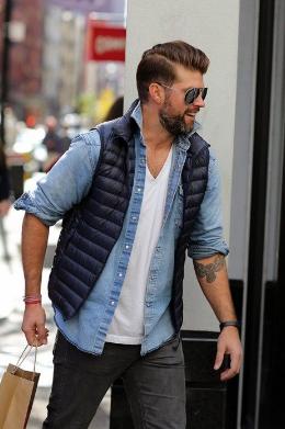 デニムシャツにダウンベストをコーデする男性