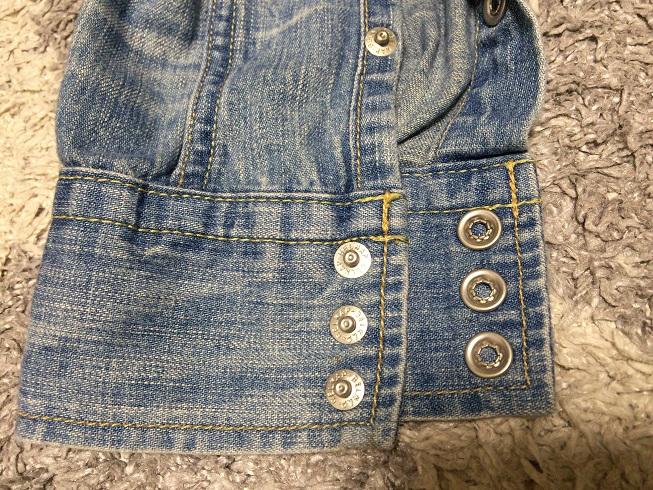 レミレリーフデニムシャツの袖口のスナップボタンのアップ画像
