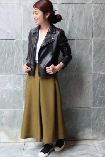 IENAオリジナルのライダースにロングスカートをコーデする女性