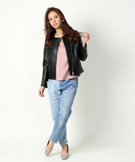 FREAK'S STOREのレザージャケットにゆるめのデニムをコーデする女性モデル