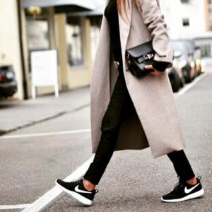 NIKEの黒いスニーカーを履くオシャレな女性