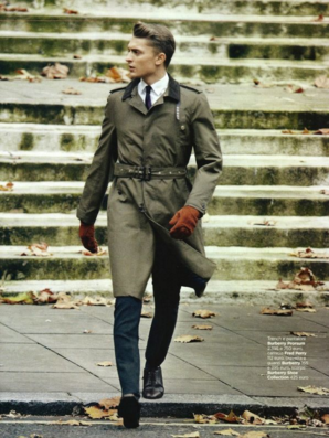 カーキカラーのトレンチコートを着る男性