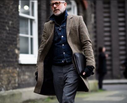 デニムオンジャケットの男性