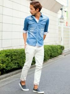 ホワイトスキニーを履く男性