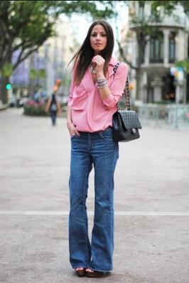 ブーツカットデニムを履く女性