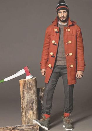 エンジ色のダッフルコートを着こなす男性