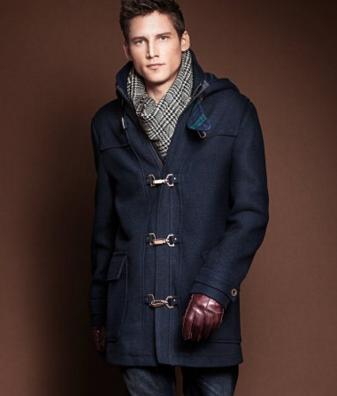 ダッフルコートを着た外国人男性