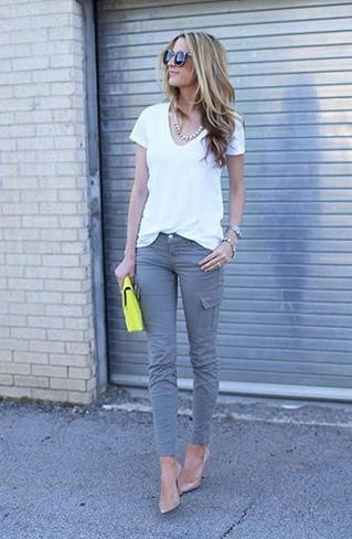 カーゴパンツに白Tシャツの女性