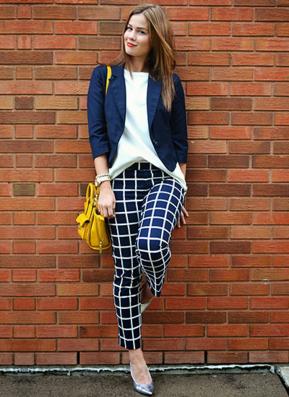 ウィンドウペンチェックパンツを履く女性