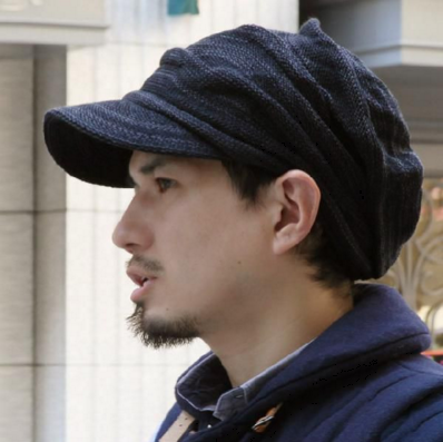 オシャレなニット帽を被った男性