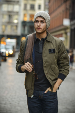 ニット帽にフライトジャケットを合わせる男性