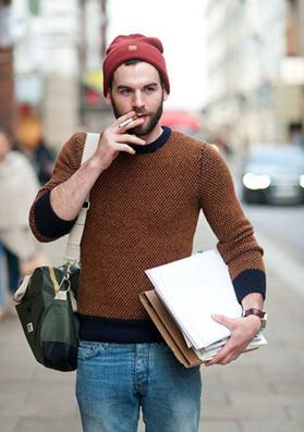 ニット帽にセーターの男性