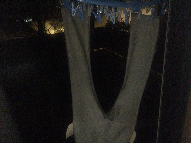 洗濯したジーンズを干す