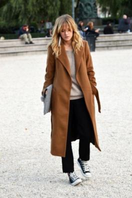 オーバーサイズのチェスターコートを着こなす女性