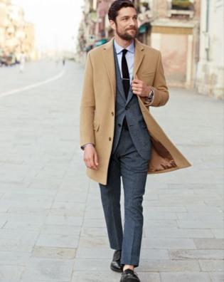 ビジネス・フォーマルにチェスターコートを着こなす外国人男性