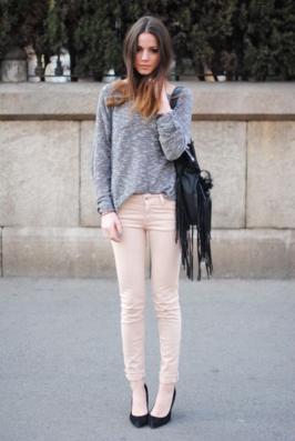 ピンクのコーデュロイパンツを履く女性