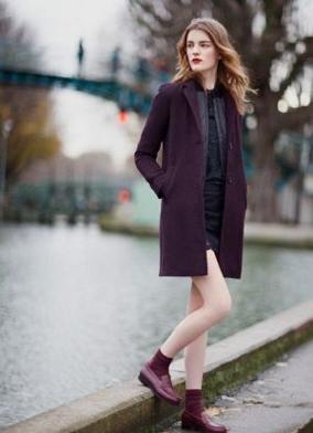 ボルドーのコートにボールドーの靴下、ローファーを合わせる上級コーデをする女子