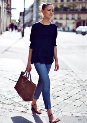 ロールアップジーンズをコーデする女性