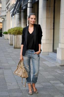ボーイフレンドデニムにブラックジャケットをコーデする女性