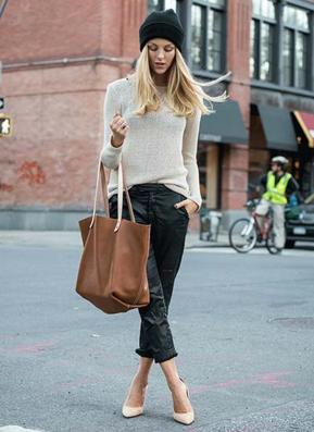 シャイニーな黒パンツを履きこなす女性