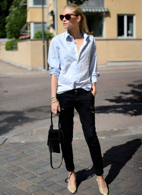 ブルーシャツに黒パンツを合わせる女性