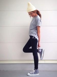 黒パンツにオーバーサイズTを合わせる女性