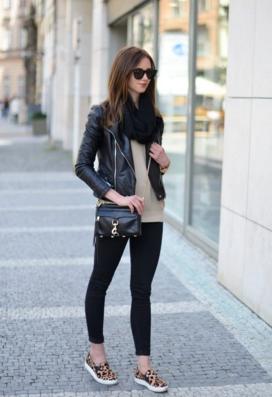 レザージャケットに黒パンツを合わせる女性