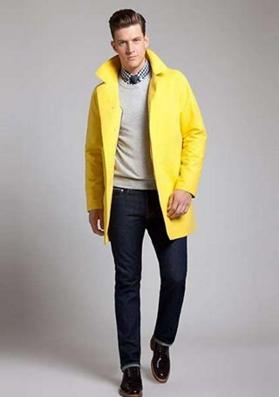 黄色のステンカラーコートをコーデする男性