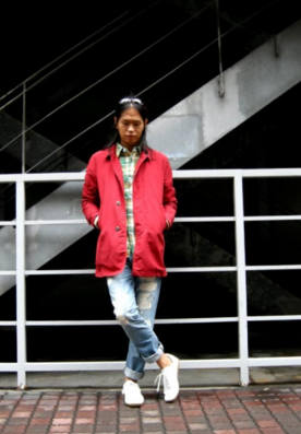 赤いステンカラーコートをコーデする男性