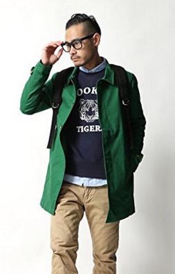 グリーンのステンカラーコートをコーデする男性