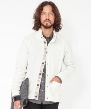 柄の入ったデザインの白カーディガンをコーデする男性