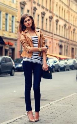 ベージュカラーのレザージャケットをコーデする女性