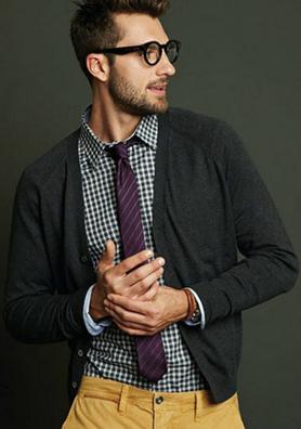 カーディガンにチェックシャツをコーデする男性