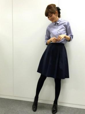 ミドル丈スカートにストライプシャツをコーデする女性