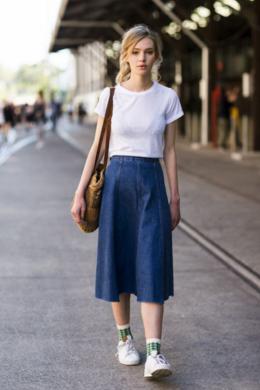 無地のTシャツにロングスカート、そしてスニーカーを合わせるノームコア女子