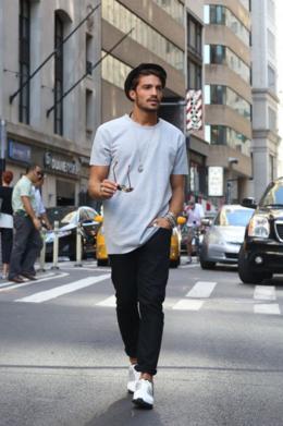 無地の白Tシャツにブラックパンツをコーデする男性