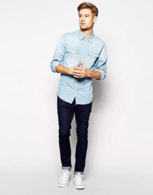 デニムにデニムシャツをコーデしたスタイルの男性